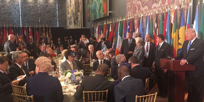 El presidente Lenín Moreno (izq.) mientras Donald Trump (der), presidente de EE.UU., da su discurso durante el almuerzo para los jefes de estado asistentes a la Asamblea General de la ONU en Nueva York, EE.UU.. Foto: SECOM