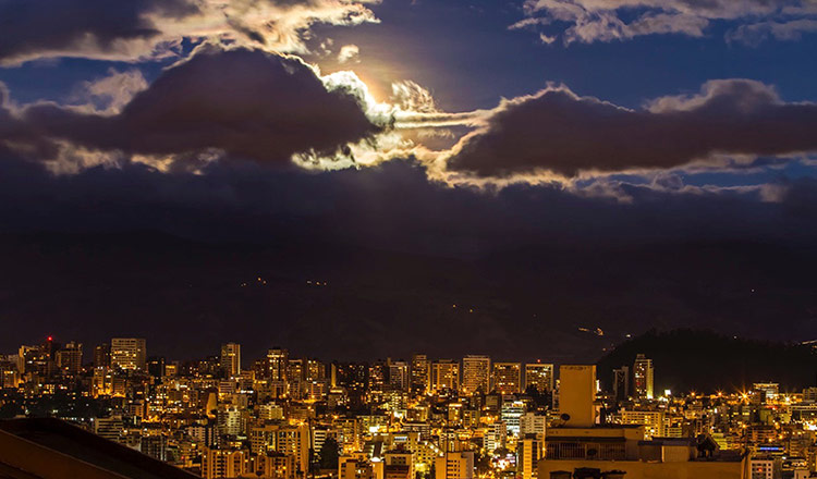 Vista Nocturna centro-norte Quito