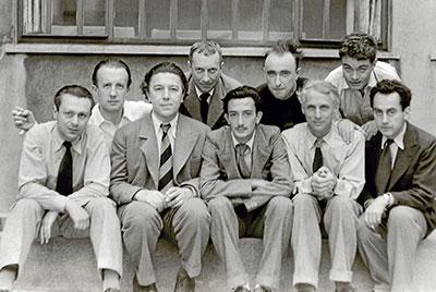 En la fotografía están Tristan Tzara, Andre Breton, Salvador Dalí, Max Ernst, Man Ray. Detrás: Paul Eluard, Hans Arp, Yves Tanguy y Rene Crevel, (1933).