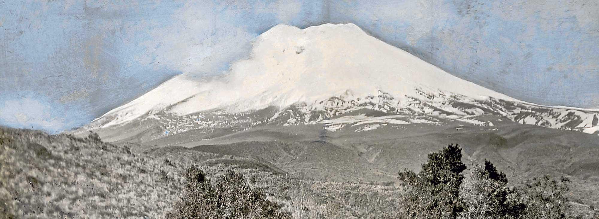 El Cotopaxi visto desde el oeste. En la imagen,  Rudolf Reschreiter está pintando. La foto fue tomada por Hans Mayer, 1903.