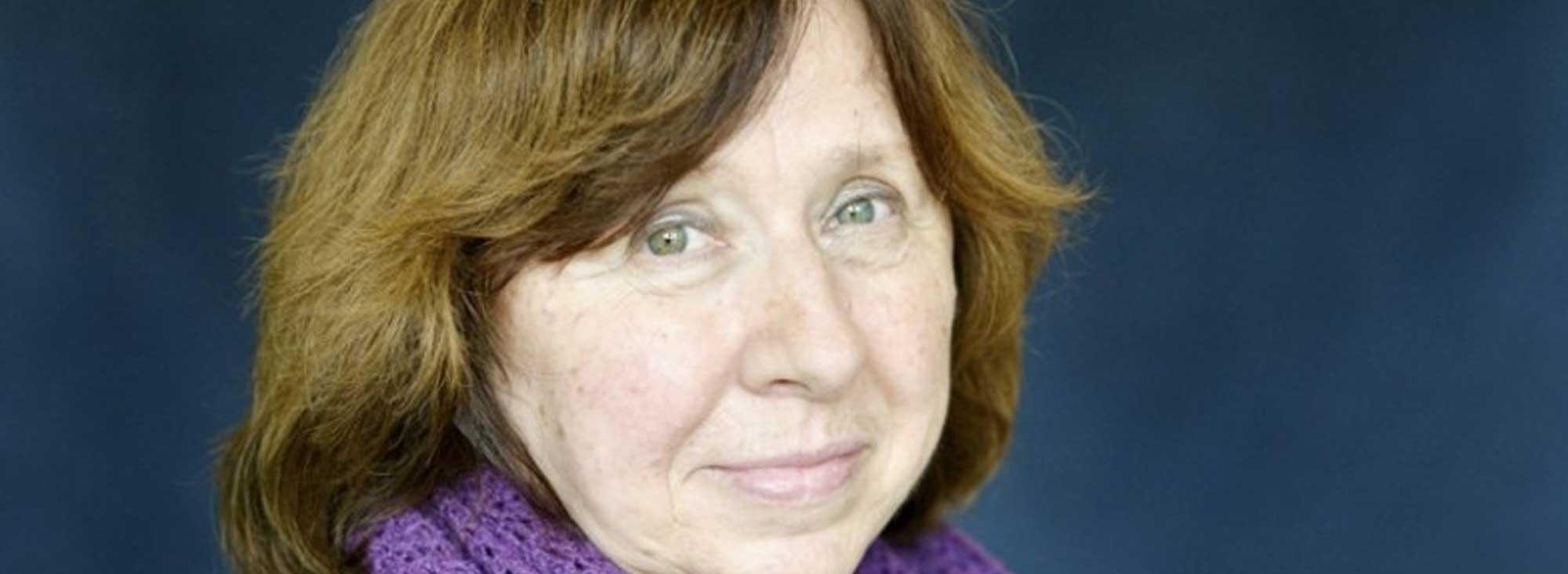 El acercamiento de Svetlana Alexievich hacia los sujetos de sus relatos se da mediante la entrevista y sus visitas a las áreas de los conflictos.