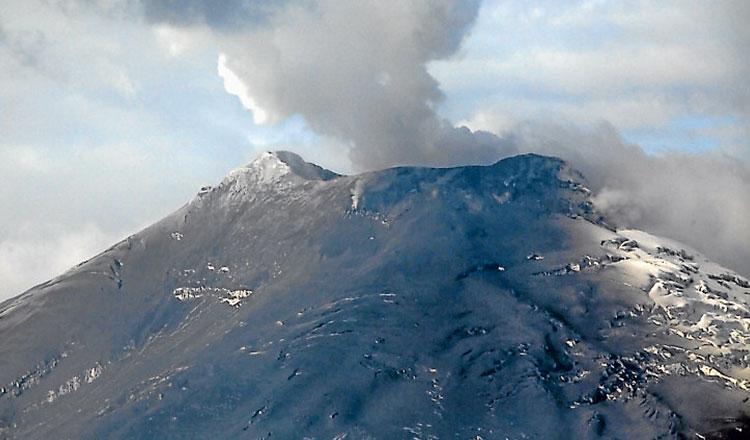 Ceniza expulsada por el volcán