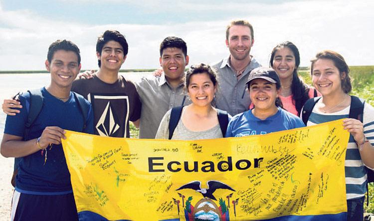Ecólogo extranjero junto a estudiantes ecuatorianos