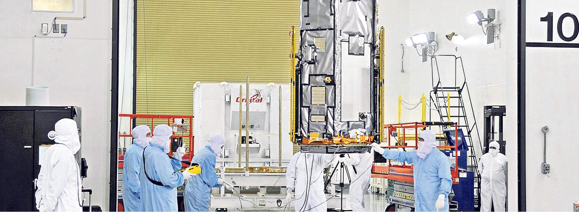 Técnicos de la NASA durante la construcción y el proceso de preparación de lanzamiento del satélite OCO-2. Foto: nasa.com