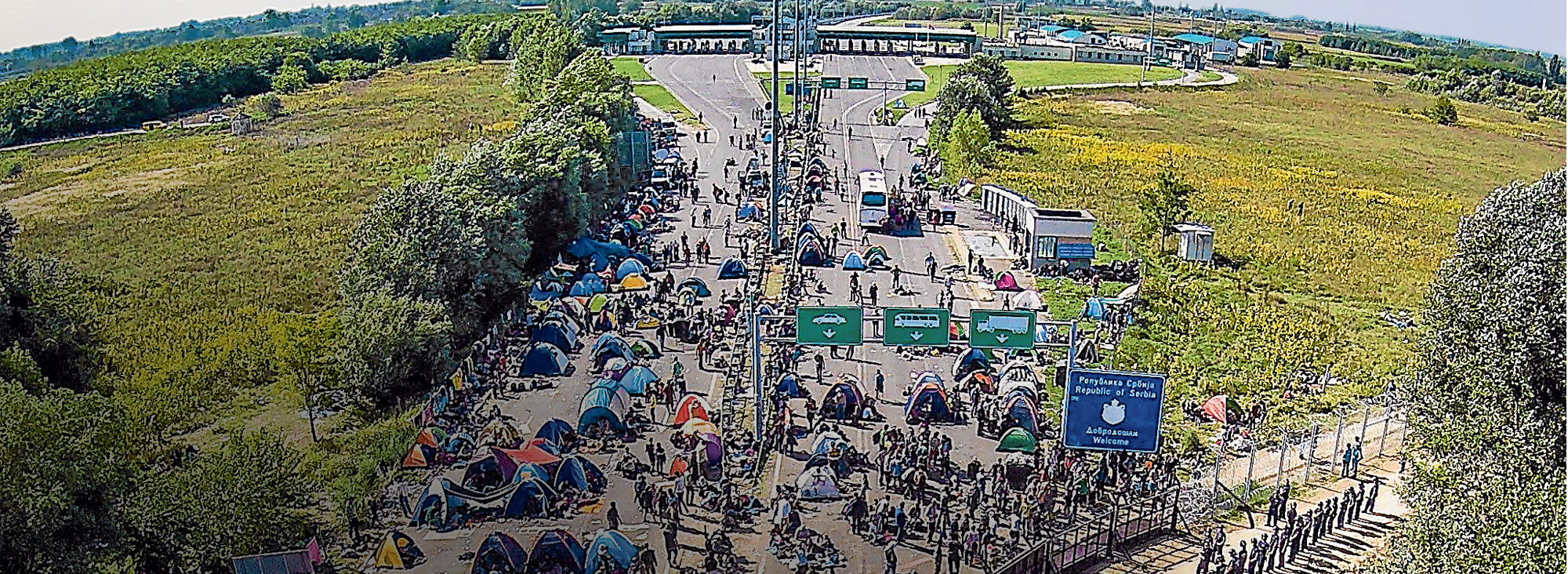 Una vista aérea, captada el 16 de septiembre, muestra a migrantes acampando en la frontera serbio-húngara.