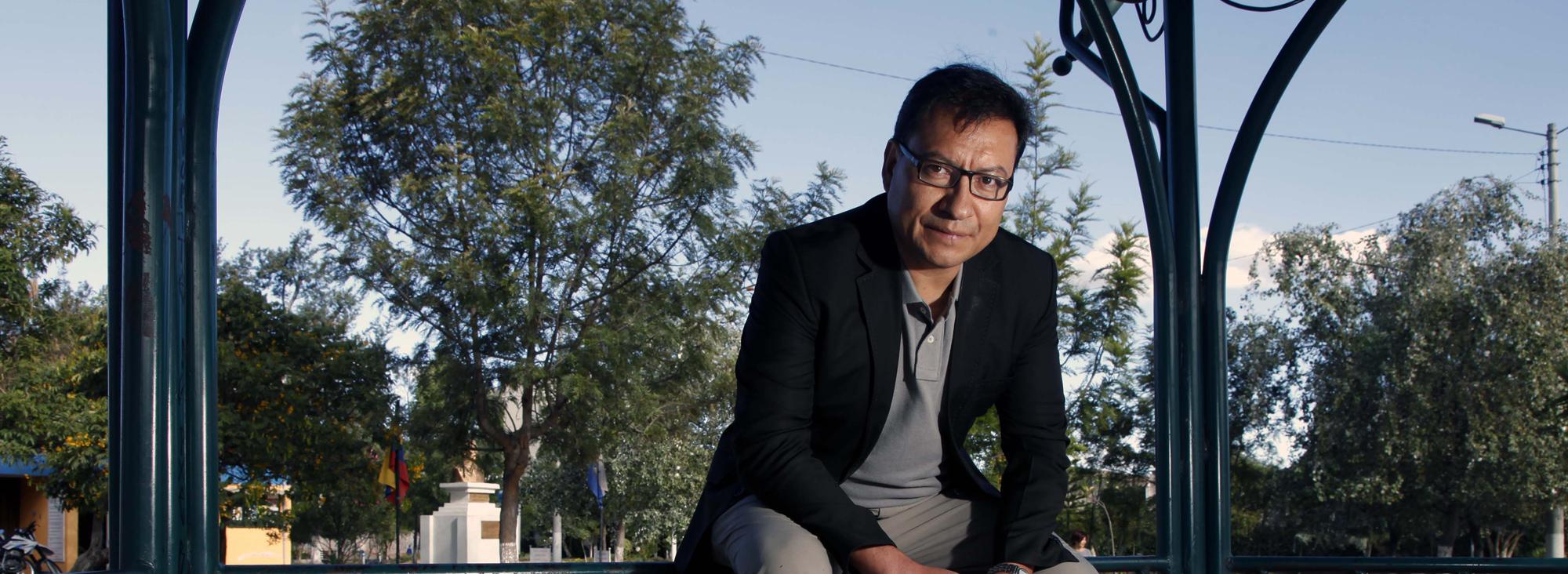 Nació en Quito en 1969. Tiene una maestría en Filosofía por la Universidad Católica.